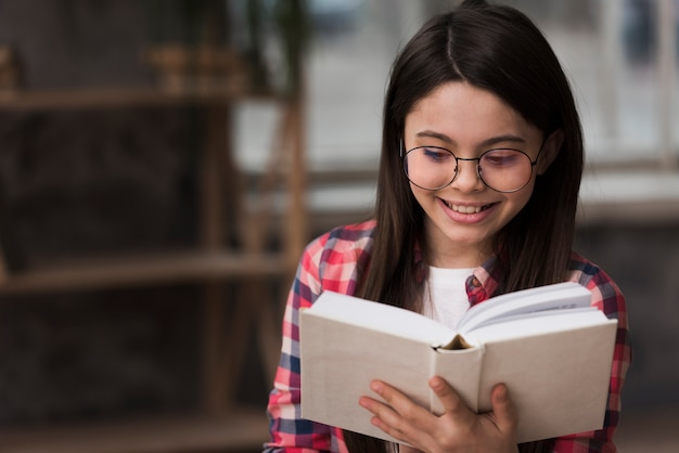 Portrait de jeune fille lisant un livre