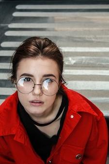 Portrait de jeune fille en manteau de denim rouge