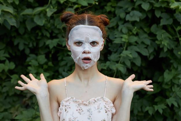 Portrait de jeune fille masque anti-rides écartez vos bras sur les côtés rajeunissement
