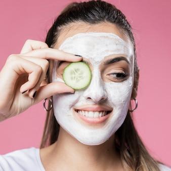 Portrait jeune fille avec masque facial