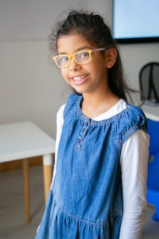 Portrait de jeune fille métisse à lunettes
