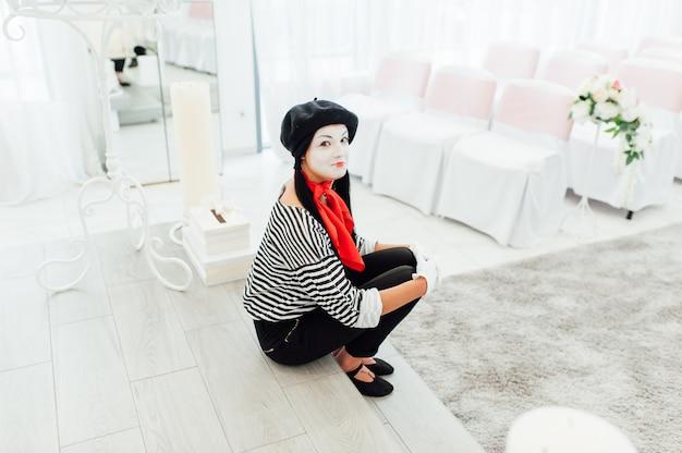 Portrait de jeune fille mime avec chapeau noir