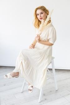 Portrait de jeune fille moderne avec maquillage nude, concept de salon de beauté