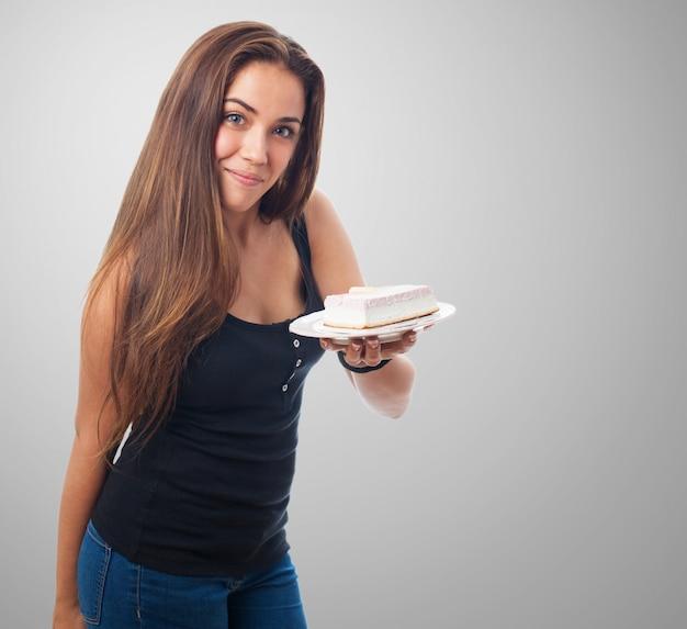 Portrait de jeune fille montrant le dessert sur la plaque