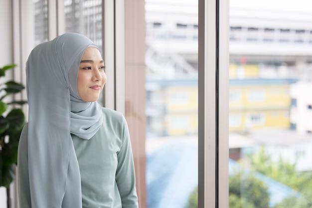 Portrait d'une jeune fille musulmane confiante en hijab
