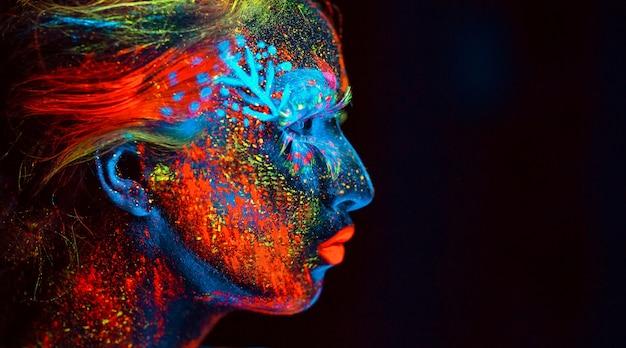 Portrait d'une jeune fille peinte en poudre fluorescente.