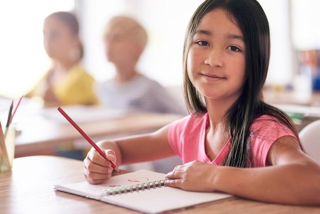 Portrait d'une jeune fille pendant la leçon