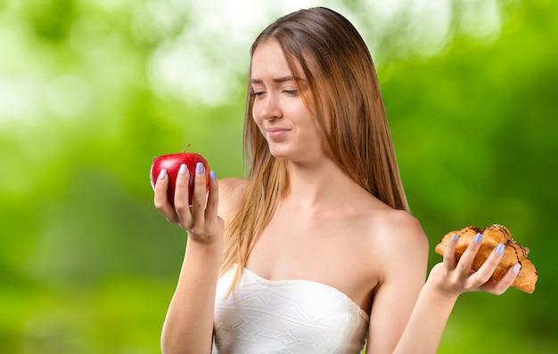 Portrait de jeune fille à la pomme rouge isolée