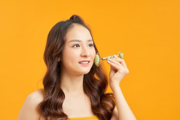 Portrait de jeune fille posant isolé sur mur orange