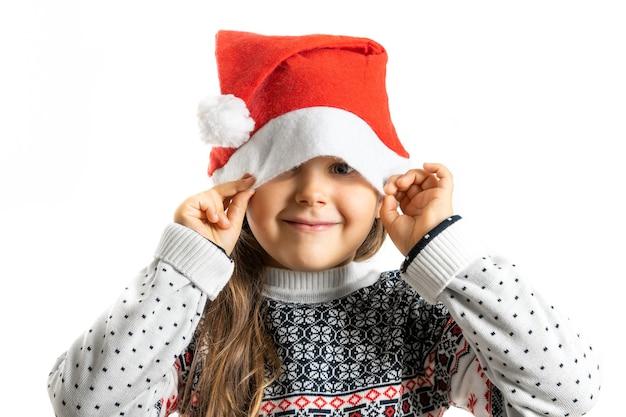 Portrait de jeune fille en pull de noël tricoté blanc avec renne cachant la moitié du visage au père noël ha...