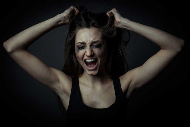 Portrait d'une jeune fille qui crie peur
