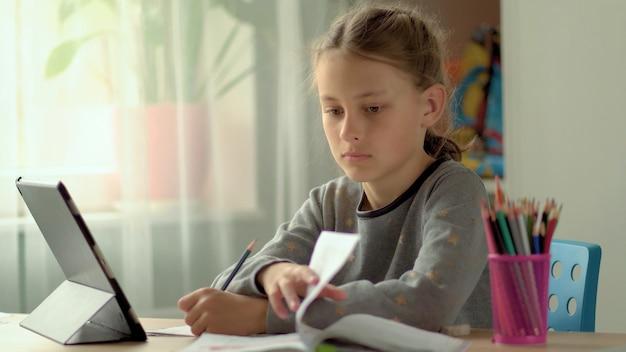 Portrait d'une jeune fille qui étudie à la maison