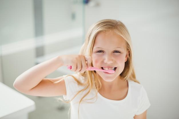 Portrait de jeune fille se brosser les dents