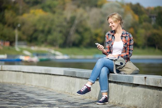 Portrait d'une jeune fille séduisante assise au pont