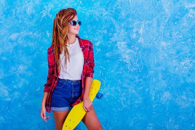 Portrait d'une jeune fille avec skateboard