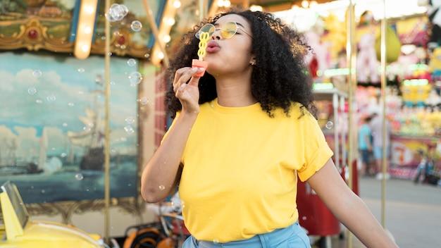 Portrait de jeune fille soufflant des bulles