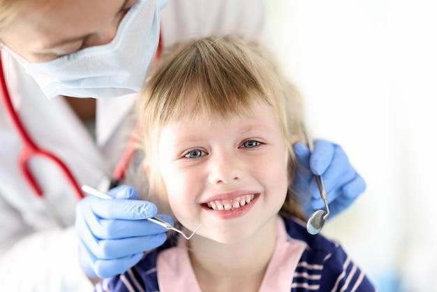Portrait de jeune fille souriante au rendez-vous chez le dentiste