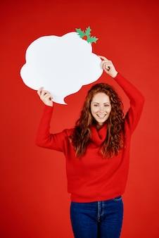Portrait de jeune fille souriante avec bulle de dialogue