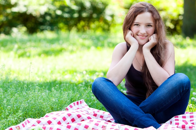 Portrait de jeune fille souriante dans le parc