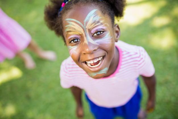 Portrait de jeune fille souriante avec maquillage