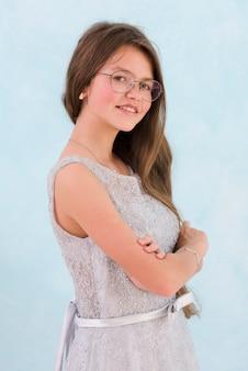 Portrait de jeune fille souriante regardant la caméra