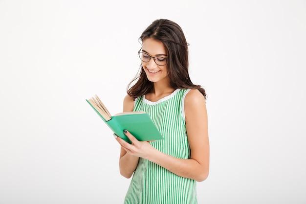 Portrait d'une jeune fille souriante en robe et lunettes