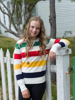 Portrait d'une jeune fille souriante, trinity, bonavista peninsula, terre-neuve et labrador, canada
