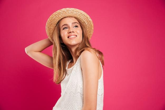 Portrait d'une jeune fille souriante vêtue d'un chapeau d'été