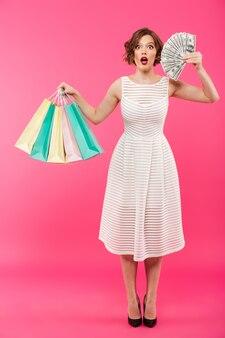 Portrait d'une jeune fille surprise habillée en robe