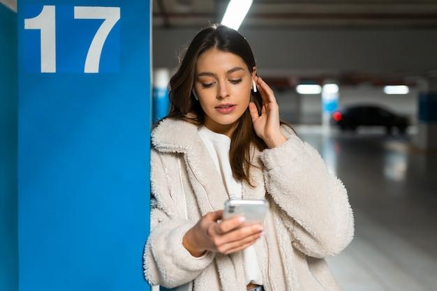 Portrait de jeune fille avec téléphone en mains