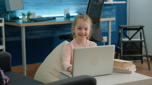 Portrait de jeune fille travaillant sur ordinateur portable pour les cours d'école