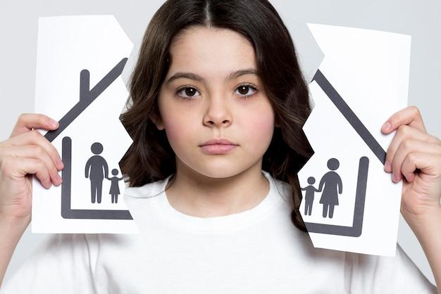 Portrait de jeune fille triste pour la rupture de la famille