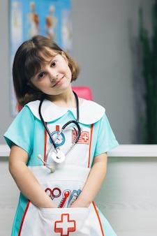 Portrait de jeune fille en uniforme de médecin