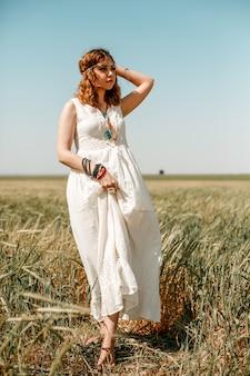 Portrait d'une jeune fille vêtue d'une robe blanche translucide dans un style boho ou hippie
