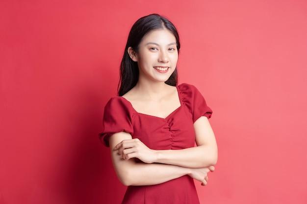 Portrait de jeune fille vêtue d'une robe rouge avec expression sur fond