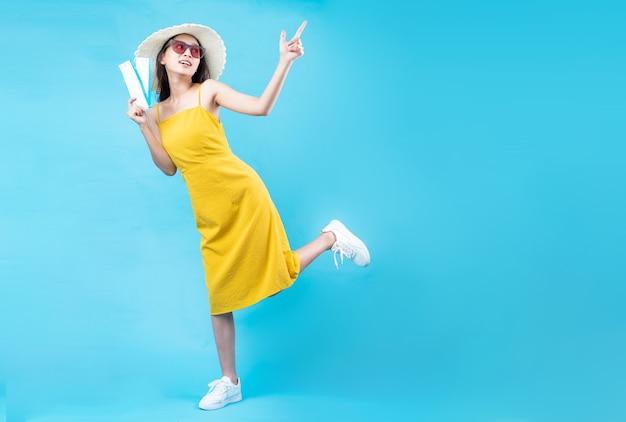 Portrait de jeune fille voyageant, isolé sur fond bleu