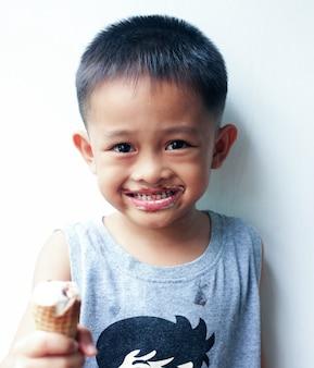 Portrait d'un jeune garçon asiatique mignon en thaïlande