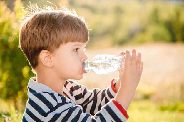 Portrait jeune garçon eau potable