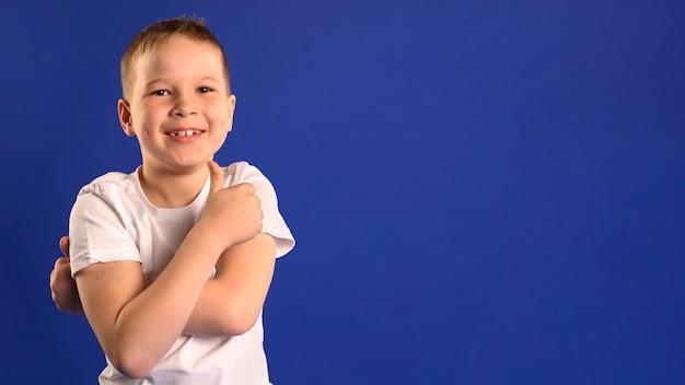 Portrait de jeune garçon heureux avec espace copie