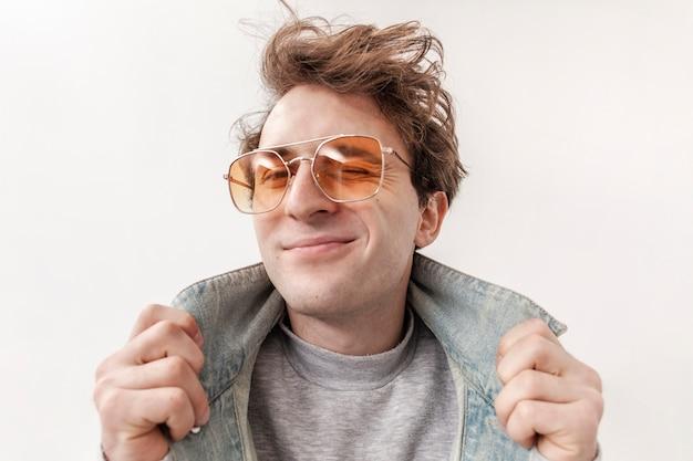 Portrait jeune garçon avec des lunettes de soleil