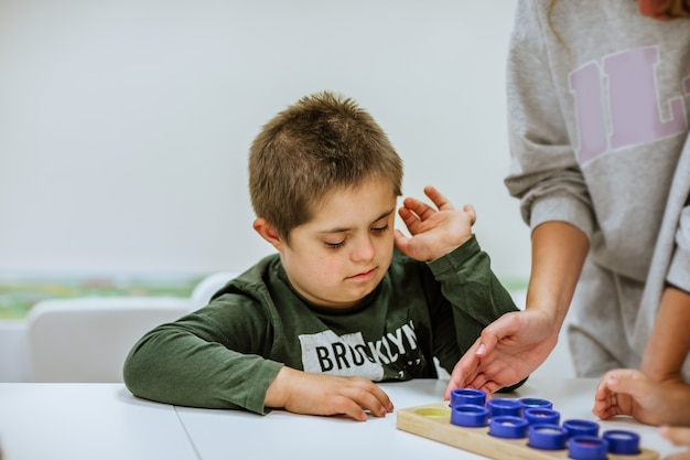 Portrait de jeune garçon mignon atteint de trisomie 21 à l'école. copiez l'espace.
