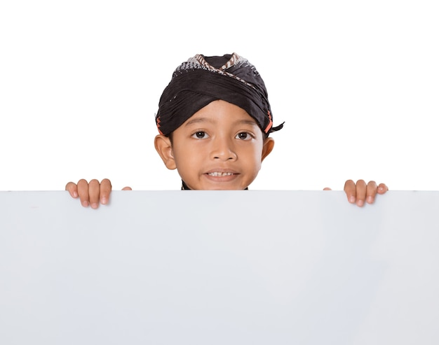 Portrait d'un jeune garçon portant des vêtements traditionnels javanais