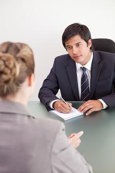 Portrait d'un jeune gestionnaire interviewant une candidate
