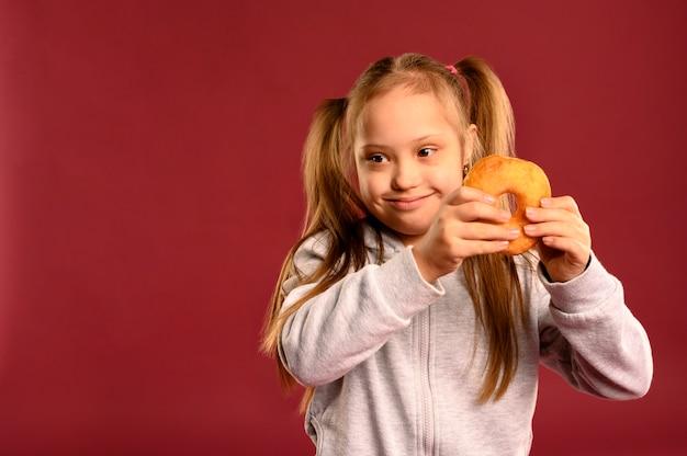 Portrait, jeune, girl, tenue, savoureux, beignet