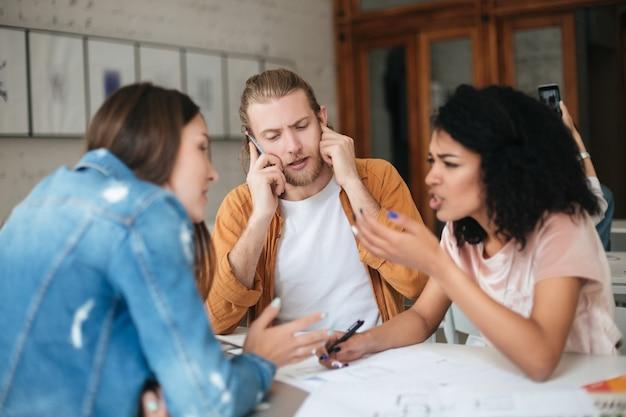 Portrait de jeune groupe de personnes travaillant ensemble au bureau