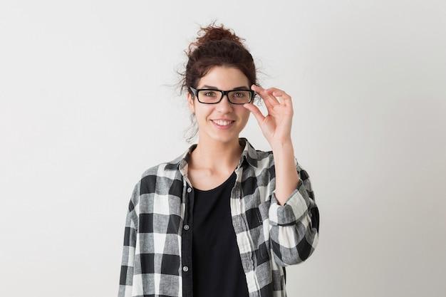 Portrait de jeune hipster souriant jolie femme en chemise à carreaux portant des lunettes posant isolé