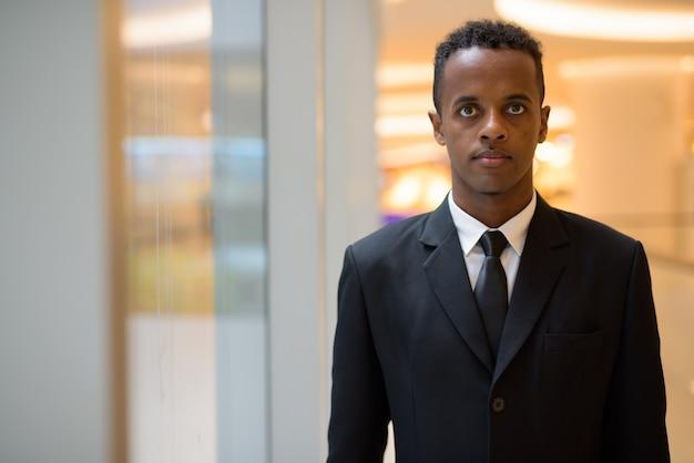 Portrait de jeune homme d'affaires africain portant costume