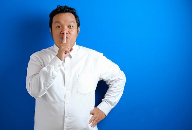 Portrait De Jeune Homme D'affaires Asiatique Demandant à être Silencieux, Geste De Silence, Concept De Silence Photo Premium