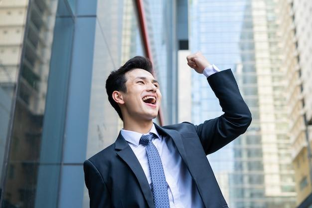 Portrait de jeune homme d'affaires asiatique à l'extérieur du bureau