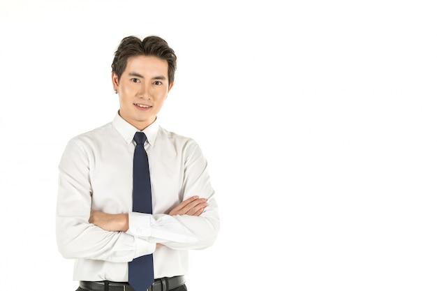 Portrait de jeune homme d'affaires asiatique souriant intelligent avec chemise blanche et cravate bleue sur fond blanc isolé et copie espace.